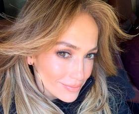 Jennifer Lopez nas je popolnoma osupnila v čudovitih zelenih kopalkah. Videti je izjemno!
