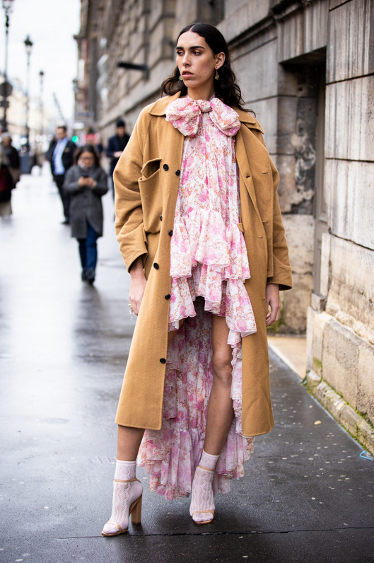 Ta največji modni absurd je danes postal trend, ki si ga boste letos želeli nositi - Foto: Profimedia