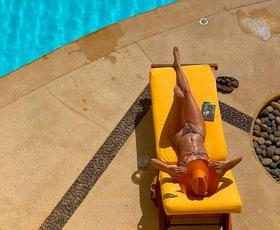 Vsi si zaslužimo luksuzni dopust, kot sta si ga privoščili Kendall in Kylie Jenner (razkrivamo fotografije z njunega dopusta)