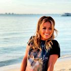 Jennifer Lopez čudovita v dolgi prosojni beli obleki, popolni za prihajajočo pomlad