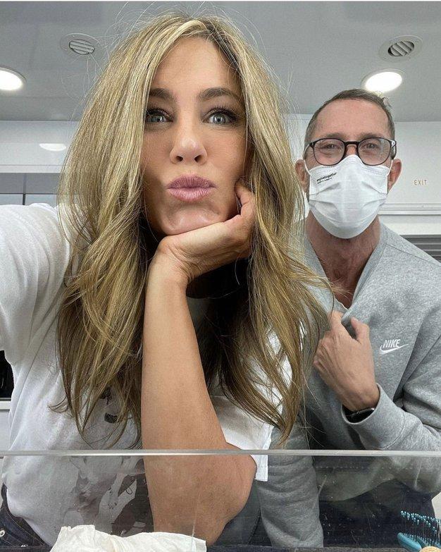 Jennifer Aniston je presenetila v mini rožnati obleki - Foto: Profimedia