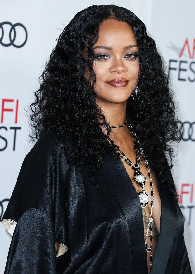 Rihanna nam je pokazala, kaj obleči na hladen spomladanski večer - Foto: Profimedia