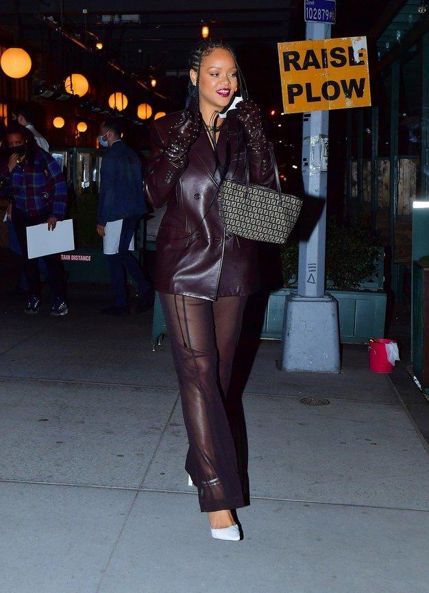 Za praznovanje rojstnega dne njene mame je Rihanna oblekla usnjen kostim s prozornimi hlačami.