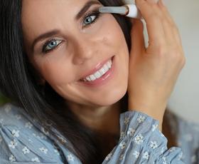 V hipu do zvezdniških trepalnic: znane Slovenke navdušene nad pomladnimi make up novostmi v dm prodajalnah