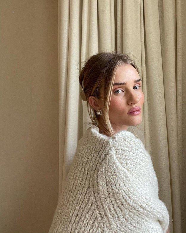 Rosie Huntington-Whiteley obožuje ta vsestranski modni kos, ki ga zagotovo imate že v svoji omari - Foto: Profimedia