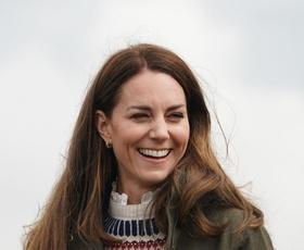 Kate Middleton osupljiva v rdečem plašču in s trendnimi dodatki