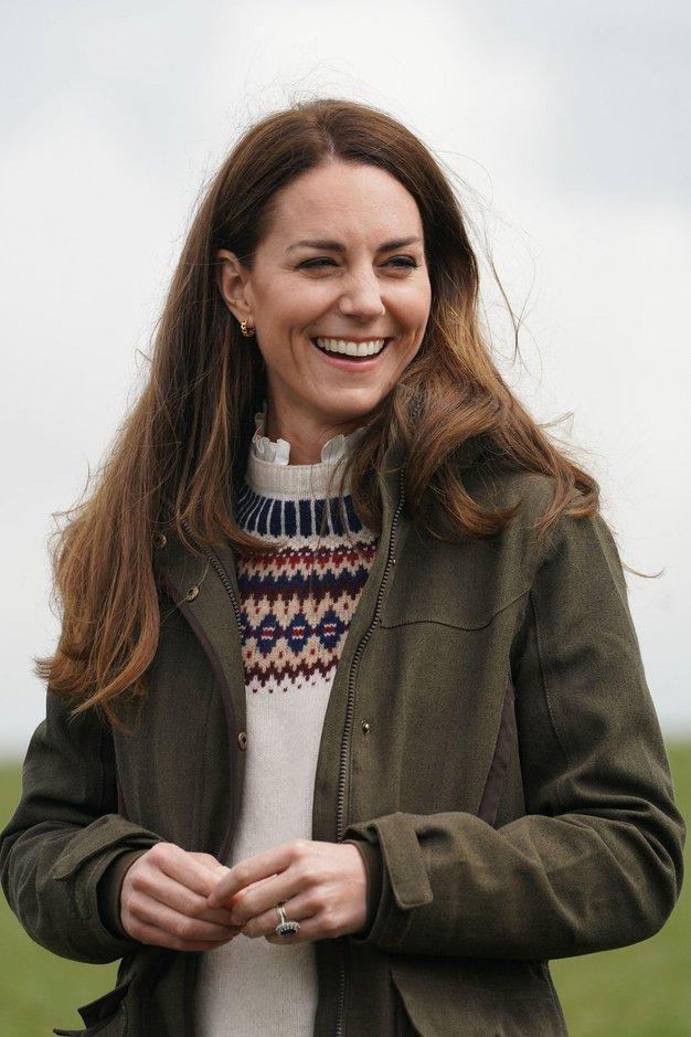 Kate Middleton osupljiva v rdečem plašču in s trendnimi dodatki - Foto: Profimedia