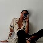 To je bluza, ki jo imajo vsa modna dekleta na Instagramu in želeli jo boste tudi vi