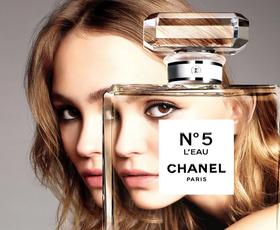 100 let ikoničnega parfuma Chanel No5: Ne boste verjeli, koliko vrtnic je potrebnih za stekleničko parfuma
