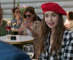Razkrivamo prve 3 outfite, ki jih bo v drugi sezoni serije Emily in Paris nosila Lily Collins