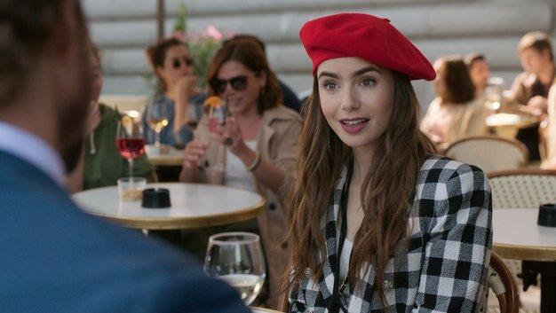 Oglejte se prihajajoče outfite v seriji Emily in Paris ...