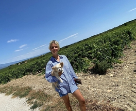 Preprosta srajca, ki jo bomo letošnje poletje videli čisto povsod (obožuje jo tudi Irina Shayk)