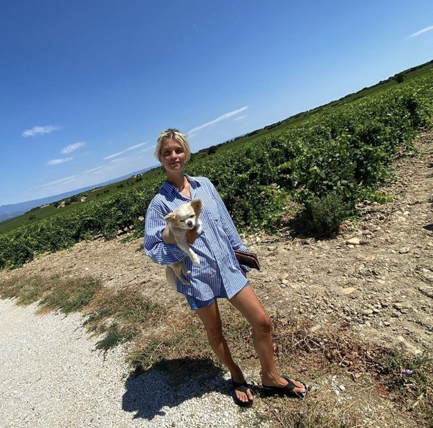 Preprosta srajca, ki jo bomo letošnje poletje videli čisto povsod (obožuje jo tudi Irina Shayk) - Foto: PROFIMEDIA