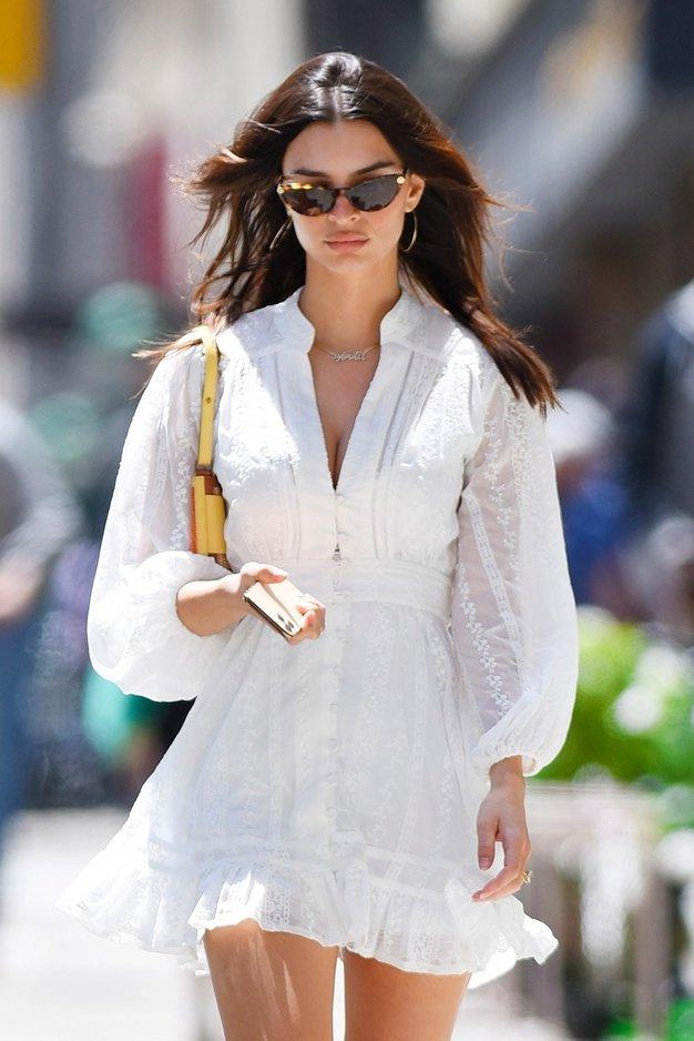 Kako to poletje nositi belo obleko? Emily Ratajkowski ima odgovor - Foto: Profimedia