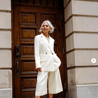 Poglejte, kako najbolj modno kombinirati bele hlače pri 50. letih