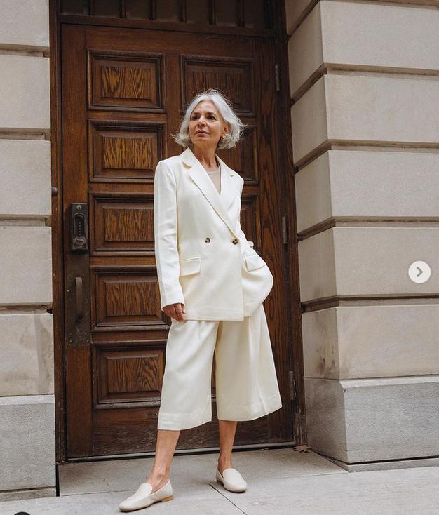 Poglejte, kako najbolj modno kombinirati bele hlače pri 50. letih - Foto: Instagram