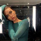 Irina Shayk navdušila v bež obleki