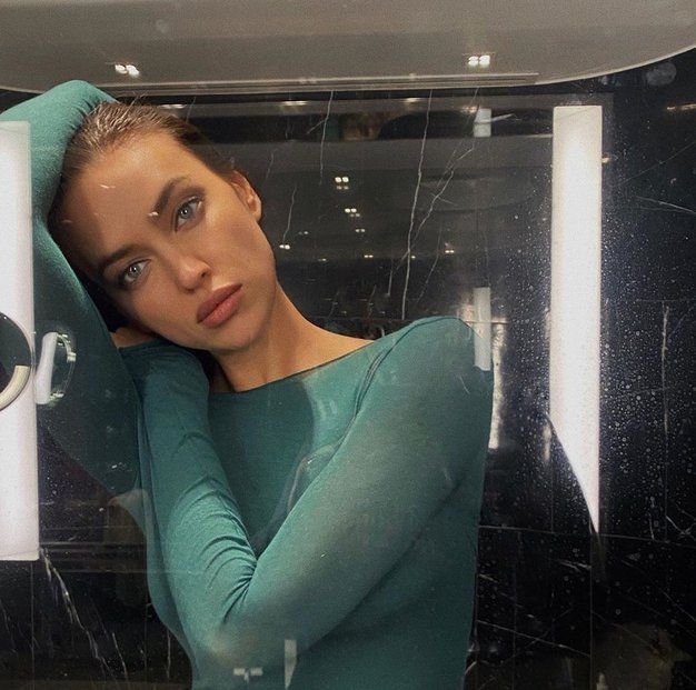 Irina Shayk nam je pokazala, kako poleti nositi mini obleko in škornje - Foto: Profimedia