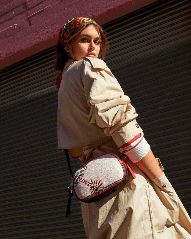 Kaia Gerber je nosila vodilni kos te sezone, ki ga obožujejo ženske vseh starosti - Foto: Profimedia