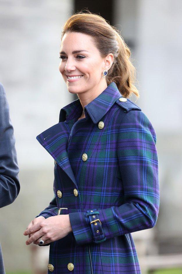 Zaljubili smo se v čudovit trenč, ki ga je na Škotskem nosila Kate Middleton - Foto: Profimedia