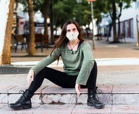Zakaj cepljeni z dvema odmerkoma, ki ne rabijo več nositi maske, te VSEENO nosijo?