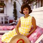 12 najlepših vintidž poletnih stajlingov Jackie Kennedy, ki jih lahko posnemate še danes