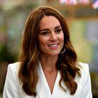 Kate Middleton čudovita v kar dveh ženstvenih oblekah