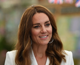 Kate Middleton osupljiva v glamurozni zlati obleki na premieri novega Jamesa Bonda. Ta detajl njene obleke morate videti na lastne oči!