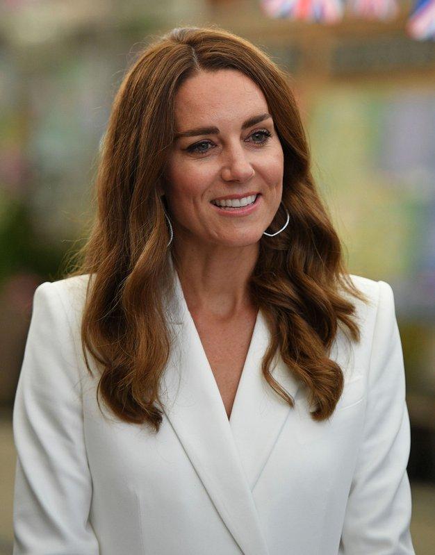 Kate Middleton čudovita v kar dveh ženstvenih oblekah - Foto: Profimedia
