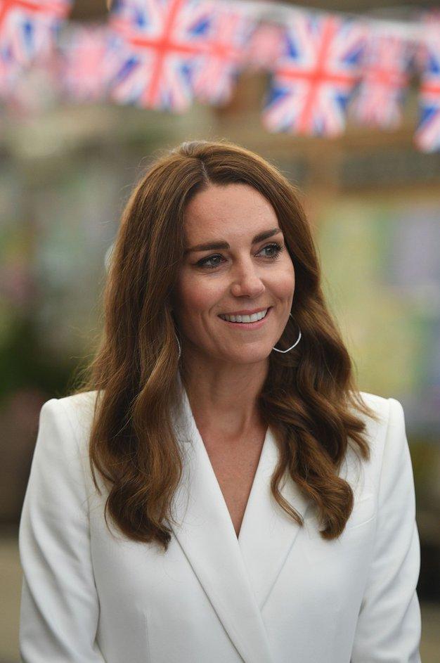 Kate Middleton med nakupovanjem z otrokoma nosila čudovito cvetlično obleko. Želeli jo boste posnemati! - Foto: Profimedia