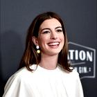 Anne Hathaway nosila popolno cvetlično obleko za ženske nad 35 let