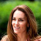 Nov jesenski videz Kate Middleton s klasičnim bež suknjičem popoln za v pisarno