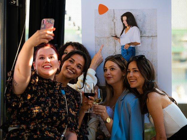 Ljubiteljice mode imamo v teh dneh veliko razlogov za veselje (k nam je prišla ta tako zelo zaželena modna platforma!) - Foto: Urška Pečnik, Primož Pičulin