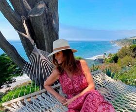 Cindy Crawford nosila popolno kombinacijo kavbojk in suknjiča za ženske nad 50 let