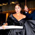 Lady Gaga navdušila v elegantni obleki, ki nas je spominjala na stari Hollywood