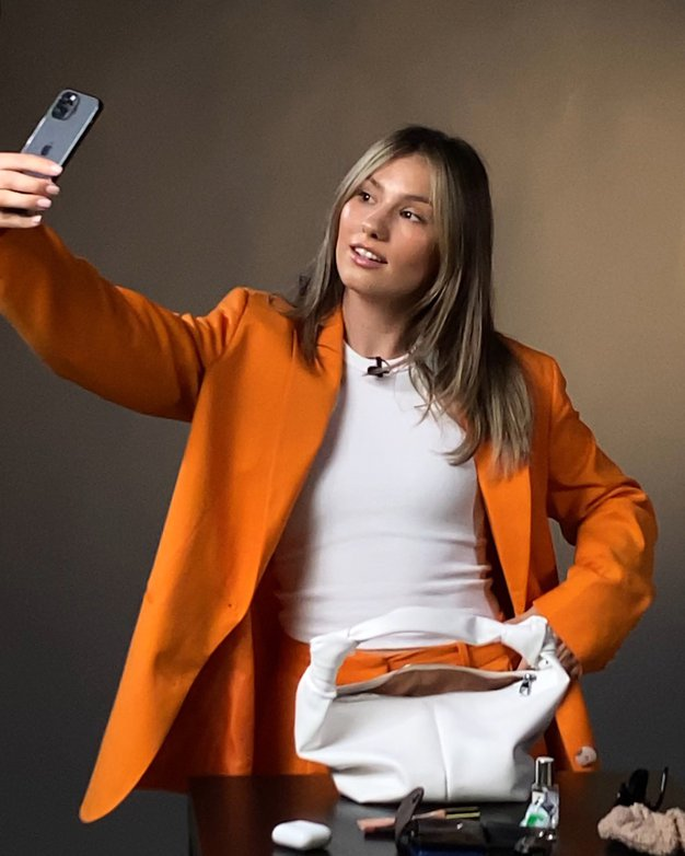VIDEO: Kaj ima v torbici kreatorka digitalnih vsebin Rebecca Gliha? - Foto: ELLE