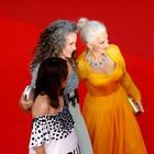 Si bomo ženske nehale barvati lase? Naravno sivi lasje so letos v trendu kot še nikoli prej