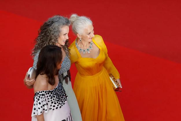 Si bomo ženske nehale barvati lase? Naravno sivi lasje so letos v trendu kot še nikoli prej - Foto: Profimedia