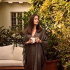 Angelina Jolie čudovita v črnem krilu s čipko, popoln stajling za vse ženske nad 50 let