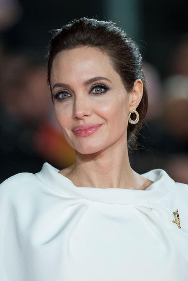 Angelina Jolie s čudovito poletno obleko nenavadnega kroja napovedala trend, ki ga bomo jeseni videli povsod - Foto: Profimedia