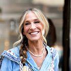 Internet je obnorela kontroverzna obleka Carrie Bradshaw iz nove serije. Poglejte, zakaj so ljubitelji serije šokirani