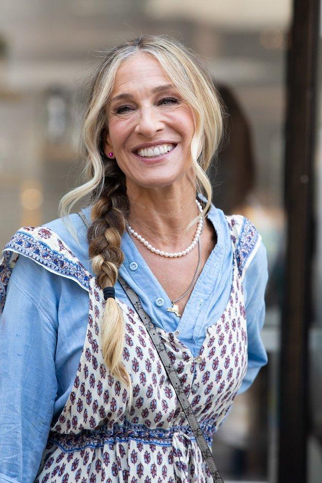 Internet je obnorela kontroverzna obleka Carrie Bradshaw iz nove serije. Poglejte, zakaj so ljubitelji serije šokirani - Foto: Profimedia