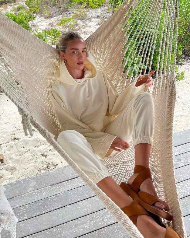 Rosie Huntington-Whiteley dokazuje, da bodo te kontroverzni čevlji ostali v modi tudi prihodnje sezone - Foto: Profimedia
