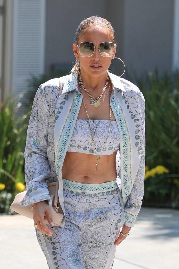 Jennifer Lopez čudovita v elegantnem jesenskem krilu - Foto: Profimedia