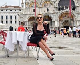 Sharon Stone v Benetkah čudovita v mali črni obleki