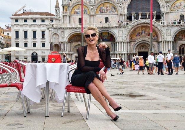 Sharon Stone v Benetkah čudovita v mali črni obleki - Foto: Profimedia