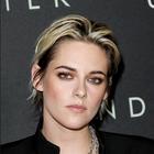 Kristen Stewart na beneški filmski festival prišla z novo jagodno blond barvo las. Poglejte, kako ji pristoji