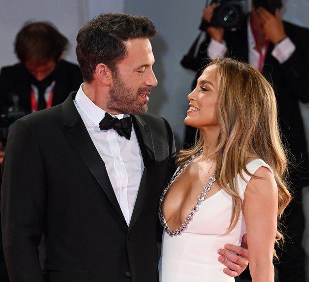 Jennifer Lopez skupaj z Benom Affleckom po 20 letih spet blestela na rdeči preprogi - Foto: Profimedia