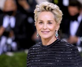 Sharon Stone blestela v elegantni obleki in črnem plašču