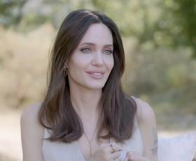 Angelina Jolie dokazala, da ta klasična modna kombinacija ne bo nikoli šla iz mode